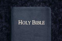 Sainte Bible sur la texture foncée Image libre de droits