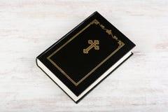 Sainte Bible sur le fond en bois blanc Concept et foi de religion image stock