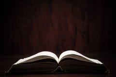 Sainte Bible sur le Tableau Images stock