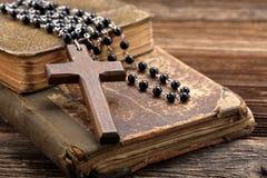 Sainte Bible très vieille et croix en bois Image libre de droits