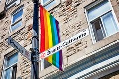 Sainte Catherine znak uliczny i tęczy homoseksualna duma zaznaczamy fotografia royalty free