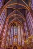Sainte Chapelle, Paris med målat glassfönster royaltyfria bilder