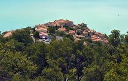 Sainte Croix Du Verdon sylwetkowy przeciw cerulean Błękit jezioru obraz stock