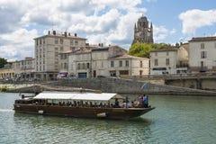 Saintes en Francia con el barco en el río Imágenes de archivo libres de regalías