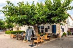 Saintes-Maries-de-la-Mer, France - 19 juillet 2017 : Destination de touristes dans la ville avec le restaurant sous le grand arbr photos libres de droits