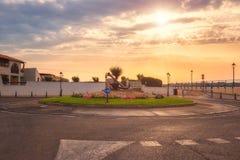 Saintes-Maries-de-la-Mer härlig morgon på den favorit- medelhavs- semesterorten, turist- rutt med ankaret royaltyfria foton