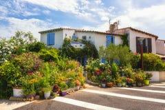 Saintes-Maries-de-la-Mer, petite ville méditerranéenne, maison blanche décorée des fleurs photo stock