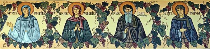 Saints peints sur la frise de mur en dehors de l'église orthodoxe, Bucarest image libre de droits