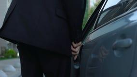 Sair cansado do homem do carro, retornando à casa do trabalho, rotina, close up filme