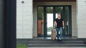 Sair considerável do homem luxuoso da casa com bagagem video estoque