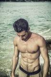 Sair considerável do homem novo da água com cabelo molhado Fotos de Stock