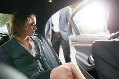 Sair da mulher de negócios de um carro Fotos de Stock