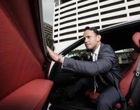 Sair do homem de negócios de seu carro fotografia de stock royalty free