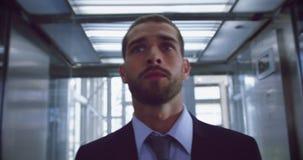 Sair do homem de negócios do elevador no escritório moderno 4k vídeos de arquivo
