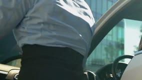 Sair fêmea louro do carro branco luxuoso e passeio ao escritório, negócio filme