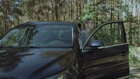Sair louro bonito da mulher do carro luxuoso video estoque