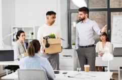 Sair masculina triste ateada fogo do trabalhador de escritório imagens de stock
