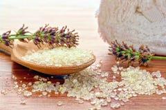 Sais de banho do mar e flores da alfazema em uns termas Imagens de Stock