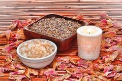Sais e alfazema de banho de Aromatherapy em uns termas Fotografia de Stock Royalty Free