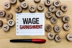 Saisie - arrêt de salaire des textes d'écriture de Word Concept d'affaires pour déduire l'argent de la compensation commandée par images libres de droits