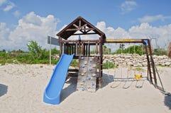 Saisie au terrain de jeux de gosses par la plage Photos stock