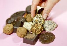 Saisie d'un chocolat de truffe Images libres de droits