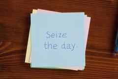 Saisissez le jour manuscrit sur une note Photos libres de droits