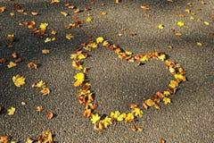 Saison d'automne. Coeur d'amour sur la route Images libres de droits