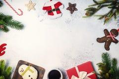 Saison d'hiver avec la neige Joyeux Noël et bonne année des vacances de vacances Copiez l'espace pour le texte image libre de droits