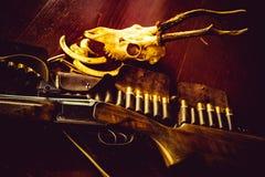 Saison de chasseur Trophées de chasse Équipement de chasse Appuyé sur la gâchette du fusil de chasse Cartouches fusil de chasse o images stock
