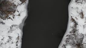 Saison de l'hiver Au-dessus du fleuve Mouche lisse vers le haut de technique banque de vidéos