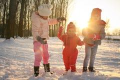 Saison de l'hiver Enfants dans la neige photo stock