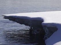 Saison de l'hiver le long du fleuve Photographie stock libre de droits