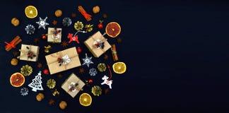 Saison des salutations Fond de célébration avec des cadeaux, épices a Image stock