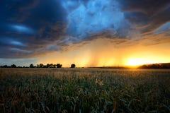 Saison orageuse pendant l'été Tempête dramatique au-dessus de Prague, République Tchèque Image libre de droits