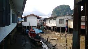 Saison sèche sur un village sur des échasses Photos stock