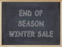 Saisonende-Winterschlussverkauffleisch geschrieben auf eine Tafel Stockfotos