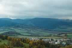 Saisonlandschaft mit Morgennebel im Tal Wolken durchnäßten Tal unterhalb des Niveaus der Berge Stockbild