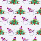 Saisonwinterlichthintergrund mit weißen Schneemännern und den Tannenbäumen, verziert mit Weihnachtsspielwaren und Hut Lizenzfreie Stockbilder