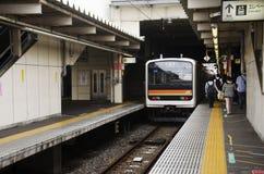 Saitama mottar det snabba järnväg stoppet som överför och, passagerare folk Royaltyfri Foto