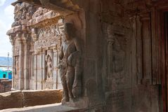 Saiva-dvara-pala auf dem links und dem padmanidhi ein halb göttliches Sein, Osteingang, Virupaksha-Tempel, Pattadakal-Tempelkompl stockfoto