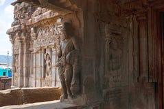 Saiva-dvara-pala a sinistra e il padmanidhi essere divino dei semi, entrata orientale, tempio di Virupaksha, complesso del tempio fotografia stock