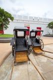 Saiyok område, Kanchanaburi landskap, Thailand på Juli 9,2017: Rickshaws i frot av ingången av Mallika City, A 1905 D Stad av arkivbilder