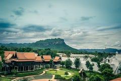 Saiyok område, Kanchanaburi landskap, Thailand på Juli 9,2017: Sikter från stadstorn av Mallika City, A 1905 D Stad av kultur och fotografering för bildbyråer