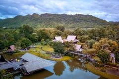 Saiyok område, Kanchanaburi landskap, Thailand på Juli 9,2017: Sikter från stadstorn av Mallika City, A 1905 D Stad av kultur och arkivfoton
