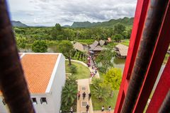 Saiyok område, Kanchanaburi landskap, Thailand på Juli 9,2017: Sikter från stadstorn av Mallika City, A 1905 D Stad av kultur och arkivfoto