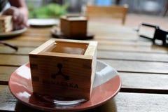 Saké avec du bois image stock