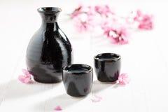 Saké blanc non filtré avec des fleurs de cerise de floraison images stock