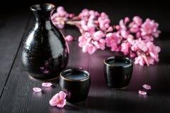 Saké fort non filtré dans la céramique noire sur la table photo libre de droits