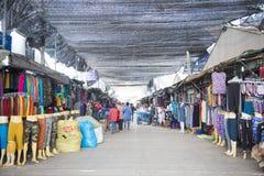 SAKAEO, TAILÂNDIA - 21 DE MAIO DE 2016: Comércio de beira do mercado de Rong Kluea Fotos de Stock Royalty Free
